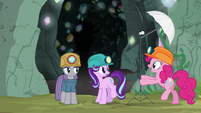 Pinkie Pie sets up a photo light stand S7E4
