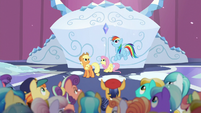 Ponies look up S6E2