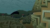 Rarity walking through the maze S2E01