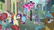 S06E03 Pinkie skacze z radości