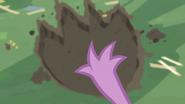 S02E10 Spike porównuje swoją łapkę z odciskiem