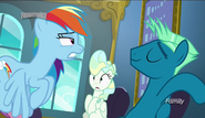 S06E24 Rainbow Dash podlatuje do Sky Stingera
