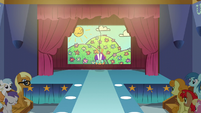 Scootaloo switching the stage backdrops S6E4