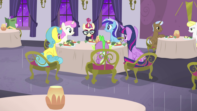 File:Dinner in restaurant with everypony S5E12.png