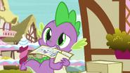 S07E09 Spike z plakatem w zębach