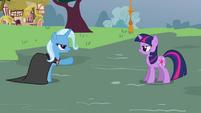 Trixie points at Twilight S3E5
