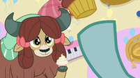 Ocellus tossing a cupcake to Yona S8E12