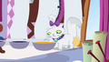 Opalescence dips her paw in yellow dye S6E11.png