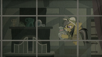 Daring Do with artifact inside her home S9E21
