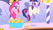 Pinkie Pie assusta Twilight T1E20
