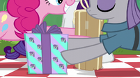 Pinkie and Maud swapping presents S6E3