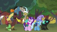 S06E25 Discord, Trixie i Thorax patrzą na Starlight