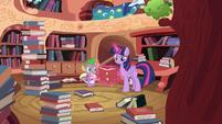 Twilight levitando um livro T4E03