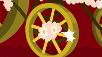 Carriage with flower-covered wheels S7E8