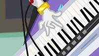 Rarity starts playing her keytar EG3