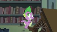 Spike ficando assustado enquanto anda pela biblioteca do castelo T4E03