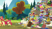 Goldie Delicious falls to bottom of junk pile S7E13