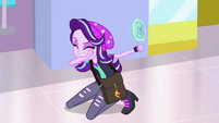 Starlight Glimmer points the mirror away from her EGS3