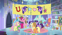 Pinkie Pie unveils a Twilight banner S9E25
