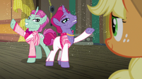 Sparkly trainer ponies appear before Applejack S6E20