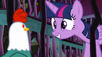 Twilight looking at the cockatrice S8E26