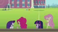 Applejack e Rainbow Dash se abraçando ao fundo EG