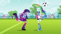 Rainbow Dash toma a bola EG