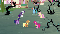 Twilight and friends stand in a circle S4E01
