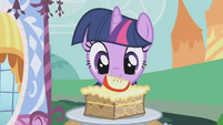 Twilight looking at apple brown betty S1E03