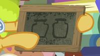 Goldie Delicious draws two preserve jars S7E13