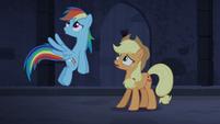 Rainbow e Applejack ouvem a música do órgão T4E03