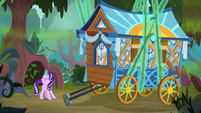 Starlight trying to attach Hoo'Far's wagon to vines S8E19