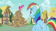 S07E23 Pinkie Pie stoi na szczycie piramidy z ciast