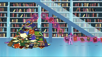 Twilight looks at all those books S3E1