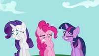 Rarity, Pinkie e Twilight vendo a queda de Rainbow Dash 1 T2E16