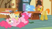 S02E13 Pinkie bawi się ze źrebakami