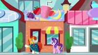 Sunburst and Starlight in front of smoothie store S8E8