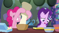 Pinkie Pie adding flour to the batter S6E21