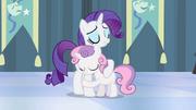 Rarity e Sweetie Belle se abraçando T4E19