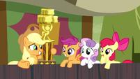 S05E06 Apple Bloom niezbyt zainteresowana nagrodą siostry