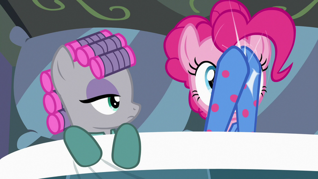 File:Pinkie Pie clapping the lights off S7E4.png