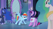Rainbow Dash entra na frente de Twilight EG