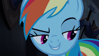 Rainbow pensa que a pata de Applejack a está agarrando T4E03
