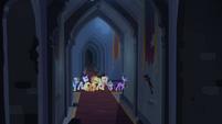 Twilight e suas amigas trotam pelo corredor T4E03