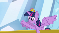 Twilight waving to the crowd S4E25