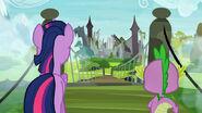 S04E03 Twilight i Spike patrzą na stary zamek