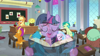 Twilight singing overtop Applejack's lesson S8E1