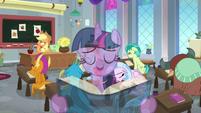 Twilight singing overtop Applejack's lesson S8E1