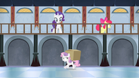 Apple Bloom gives box to Sweetie S4E19