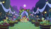 Granny Smith and Grand Pear crash the wedding S7E13